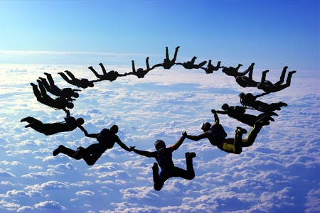 Die Gruppe von Athleten in den Himmel.