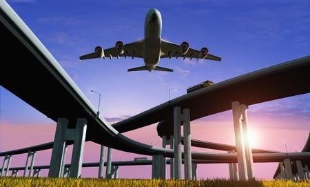高速道路と夕空航空機。
