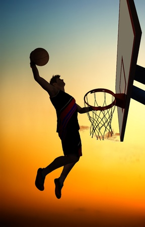 basket ball: Silueta de baloncesto contra el cielo. Foto de archivo