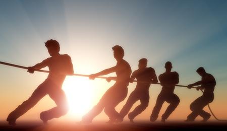 햇빛에 밧줄을 당기는 사람들의 그룹입니다. 스톡 콘텐츠