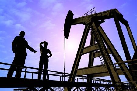 Los trabajadores producen petróleo.