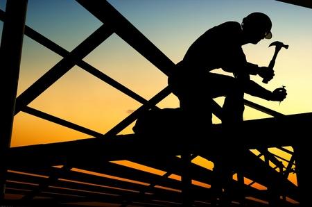 Bouwers zijn het bouwen van een houten huis. Stockfoto