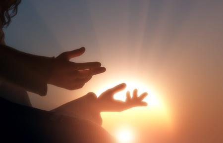 宗教的な人間の手。
