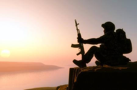 silhouette soldat: Silhouette d'un soldat contre le soleil. Banque d'images