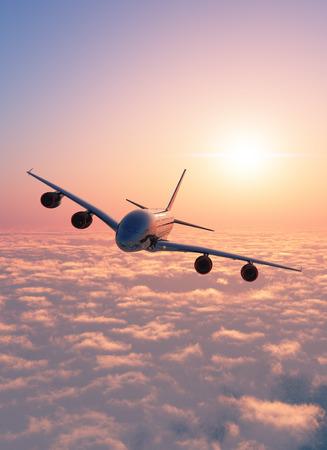 Passenger plane au-dessus des nuages. Banque d'images - 37397208