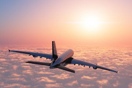 piloto: Avión de pasajeros sobre las nubes.