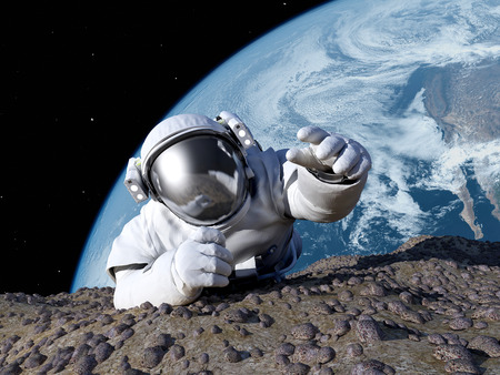 astronauta: Astronauta que se arrastra en el planeta. Foto de archivo