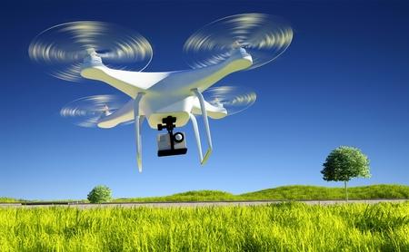 flucht: eine kleine Drohne mit einer Kamera auf einem grünen Feld.
