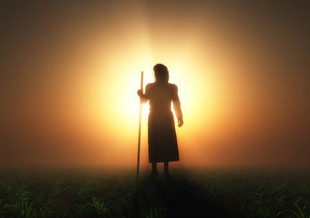 orando: Silueta de un hombre en una niebla.