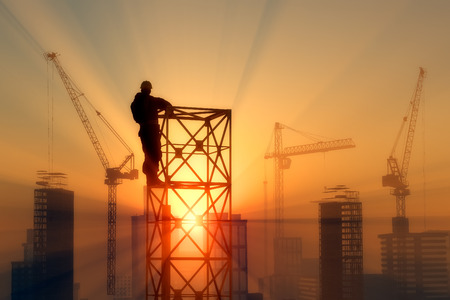 Silhouette of the worker on the rig at sunset. Standard-Bild