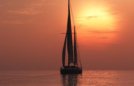 voilier ancien: Yacht dans la mer au coucher du soleil