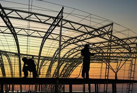 El grupo de trabajadores que trabajan en una obra de construcción. Render 3d