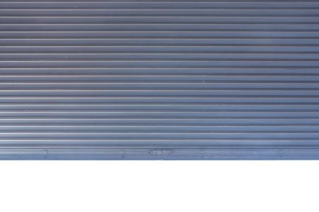 Puerta enrollable de metal con fondo blanco. Foto de archivo