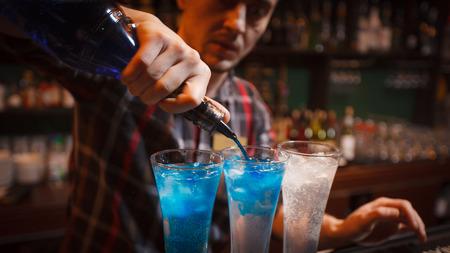 bebidas alcohÓlicas: preparación de bebidas alcohólicas en el bar Foto de archivo