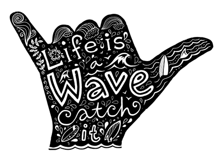 Nero surfer silhouette Shaka mano con lettering disegnato a mano bianco