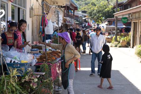 Comunità di E-Tong, distretto di Pha Phum della cinghia, Kanchanaburi, Tailandia 31 dicembre 2017. Commercianti cibo per le donne di fronte a casa per i turisti visita al villaggio.