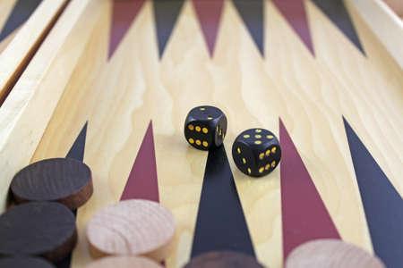 spiel: backgammonbrett mit spielsteine und w�rfel