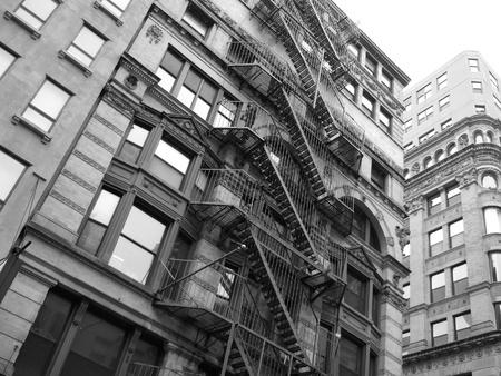 Un vieux bâtiment américain à New York en noir et blanc Banque d'images