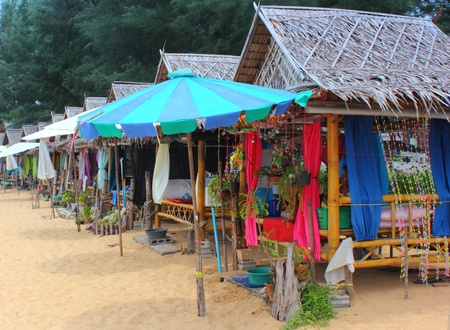 Fila de cabañas de masaje en Khao Lak, Tailandia 04 2012 Foto de archivo - 18111866