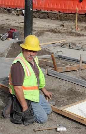 protection individuelle: Un travailleur qui porte son �quipement de protection individuelle tout en travaillant et r�parer les rues de San Francisco, mars 2013 �ditoriale