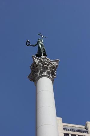 dewey: Statua della Vittoria con un tridente, in cima a una colonna monumento che celebra l'ammiraglio Dewey, Union Square, San Francisco, marzo 2013