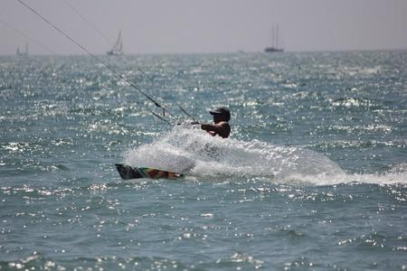 windsurf: TURQU�A, CALIS, julio 2013-Kitesurf es un deporte de aventura extrema se describe como una combinaci�n de windsurf esqu� acu�tico y parapente. Editorial
