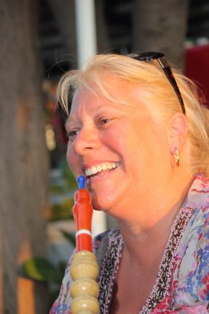 waterpipe: Un retrato de una mujer fumando una pipa de agua pipa de agua en un bazar turco Foto de archivo