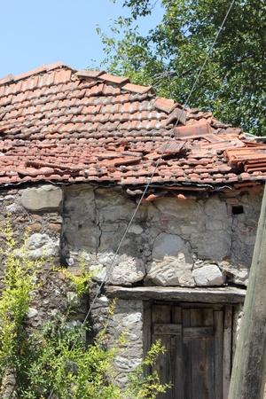 in disrepair: Weathered vecchio edificio in rovina da un villaggio in Turchia