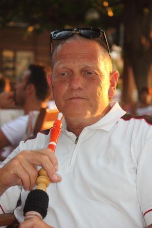 waterpipe: Un retrato de un hombre fumando una pipa de agua pipa de agua en un bazar turco