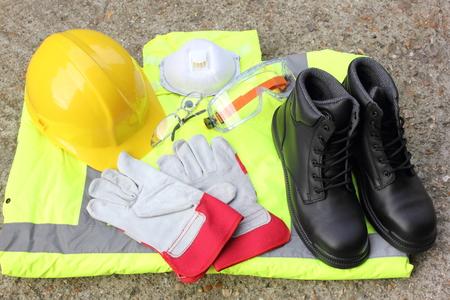 protección personal: Una colecci�n de elementos de protecci�n personal que est� disponible Foto de archivo