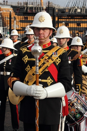 d�ploiement: Portsmouth, en Angleterre, le 10 janvier 2014, la Royal Marines fanfare jouant sur le retour de HMS Illustrious, le porte-avions � Portsmouth apr�s son d�ploiement aux Philippines
