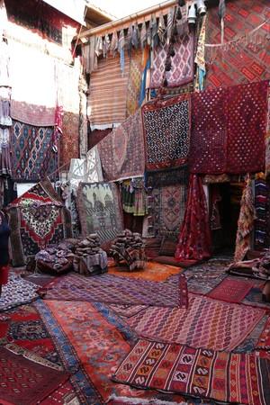 カッパドキア、ギョレメは、トルコの古い伝統的なトルコ絨毯ショップ 写真素材