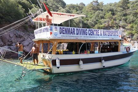 flippers: Fethiye, Turquía, 19 de julio de 2017: un barco de buceo con turistas durante un día de buceo en fethiye en Turquía, 19 de julio de 2017