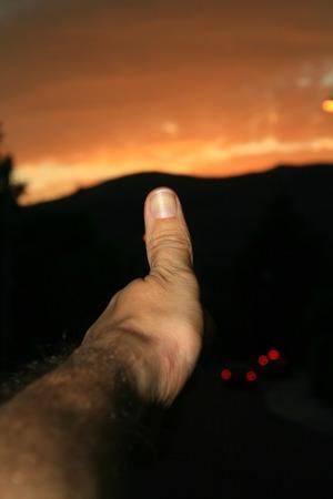 황혼에 대 한 낙관적 손가락