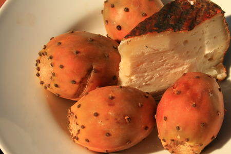 prickly pear fruits and San Mateo cheese from Canary Islands 版權商用圖片 - 1599282