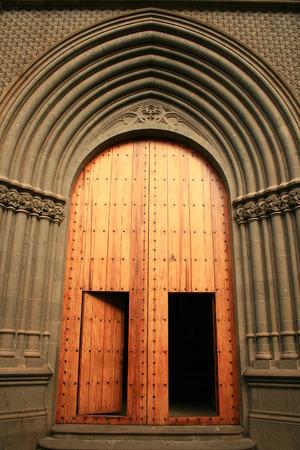 centenarian: madera y puertas de oro a la catedral