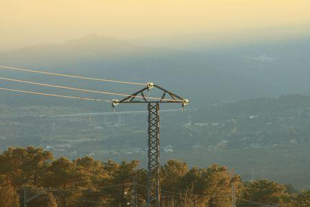 insolaci�n: antiguo puesto el�ctrica con una larga perspectiva hacia abajo del valle como fondo