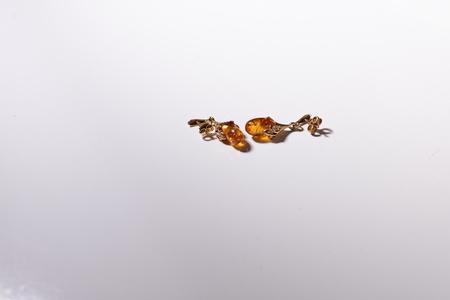 Bernstein und goldene Ohrringe Standard-Bild - 24805032