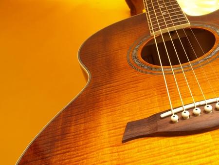 guitarra acustica: Guitarra de oro Foto de archivo