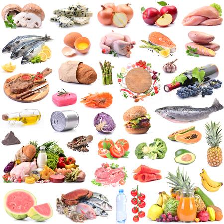 Alimentos para todos los días sobre un fondo blanco.