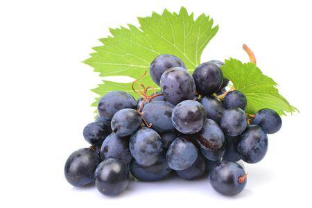 Uvas sobre un fondo blanco.