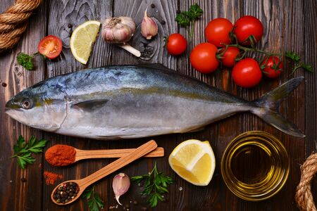 Pescado de cola amarilla (medregal japonés) pimientos y verduras