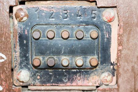 teclado numérico: Mayor cerradura de combinación dígitos en una puerta marrón Foto de archivo