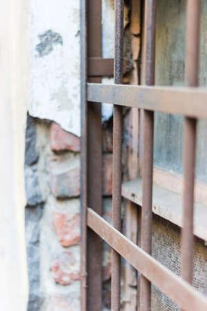 broken wall: Rejas oxidadas en el fondo de un antiguo muro roto Foto de archivo
