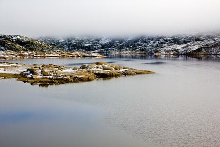 Landschaft mit Lake, Felsen und Nebel in Serra Da Estrela & acirc