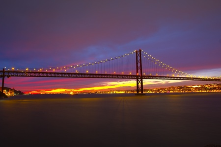 The 25 De Abril Bridge in Lisbon Imagens