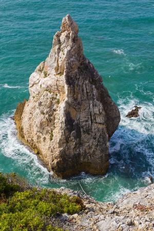Seelandschaft mit einem kegelf�rmigen Felsen ragen aus dem Meer Lizenzfreie Bilder