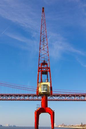 red Kran-und rot-metallic-Br�cke im Hintergrund Lizenzfreie Bilder