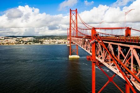 Red Suspension metallic-Br�cke in Lissabon