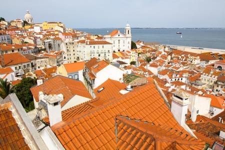 Panorama des alten traditionellen Stadt Lissabon mit roten D�chern